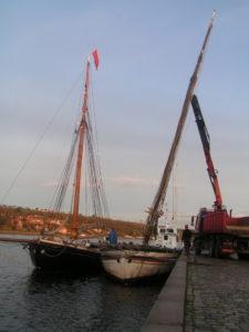 Med hjælp fra sin nye søster, Valkyrien, løftes krydsjagtens gamle mast, afmonteret